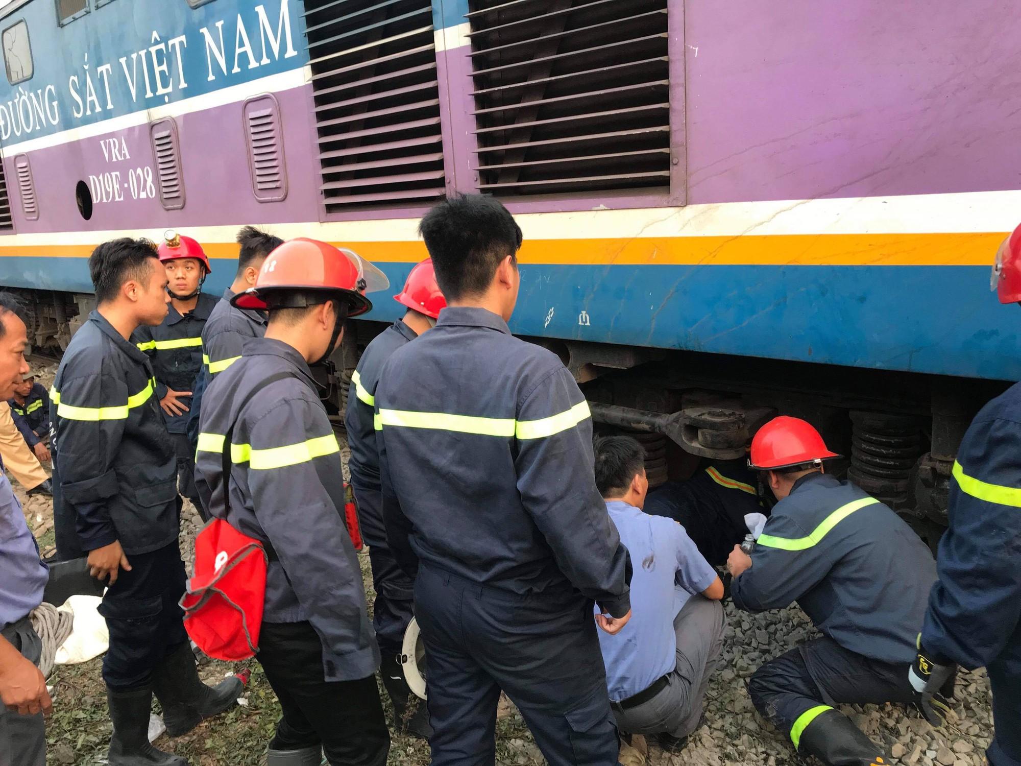 Hàng chục cảnh sát giải cứu người đàn ông mắc kẹt dưới gầm tàu hỏa - Ảnh 1.