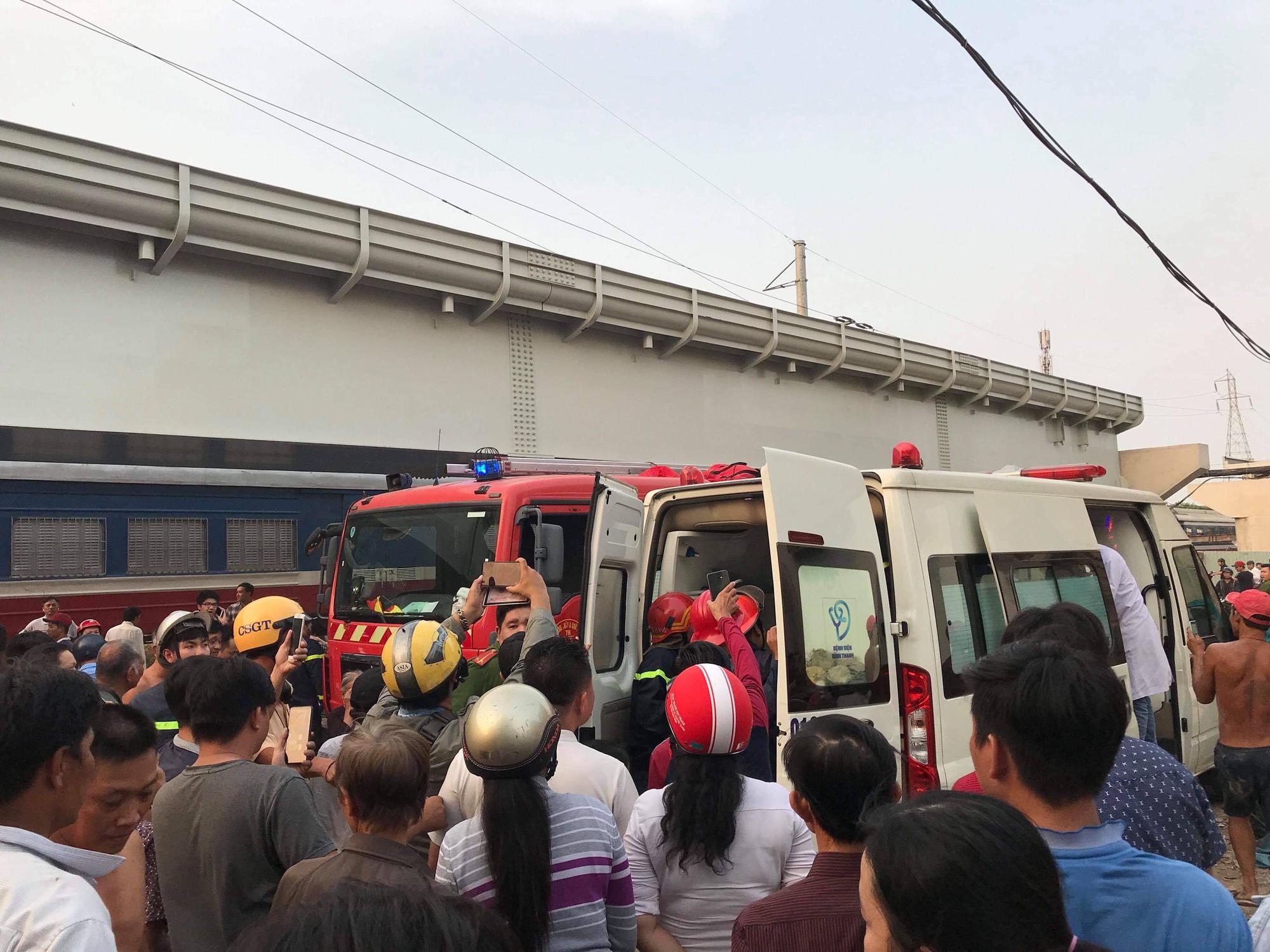 Hàng chục cảnh sát giải cứu người đàn ông mắc kẹt dưới gầm tàu hỏa - Ảnh 3.