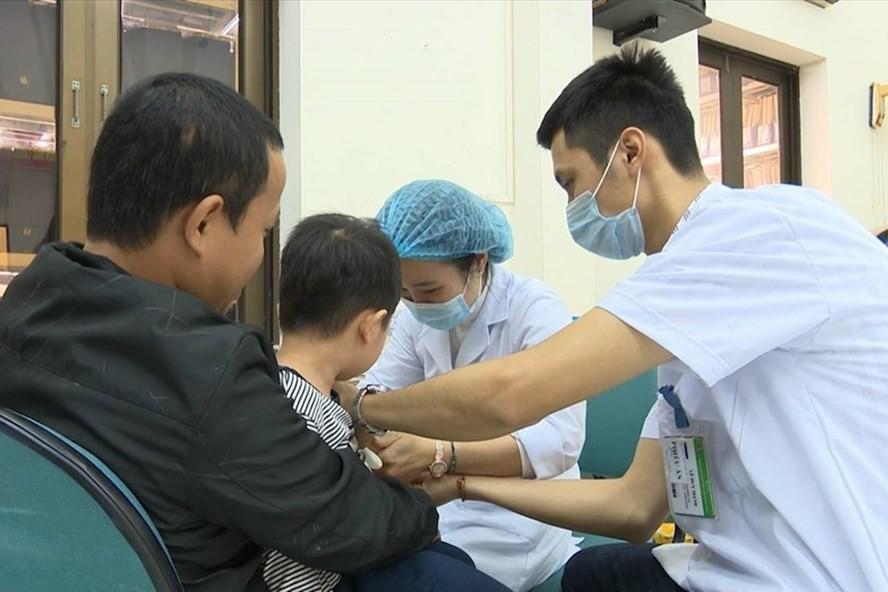 Hàng nghìn gia đình ở huyện Thuận Thành, Bắc Ninh đưa con lên Hà Nội xét nghiệm sán lợn - Ảnh 1.