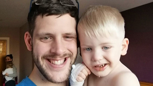 Bé trai 3 tuổi được phát hiện mắc ung thư não chỉ sau một nụ cười nhếch mép - Ảnh 1.
