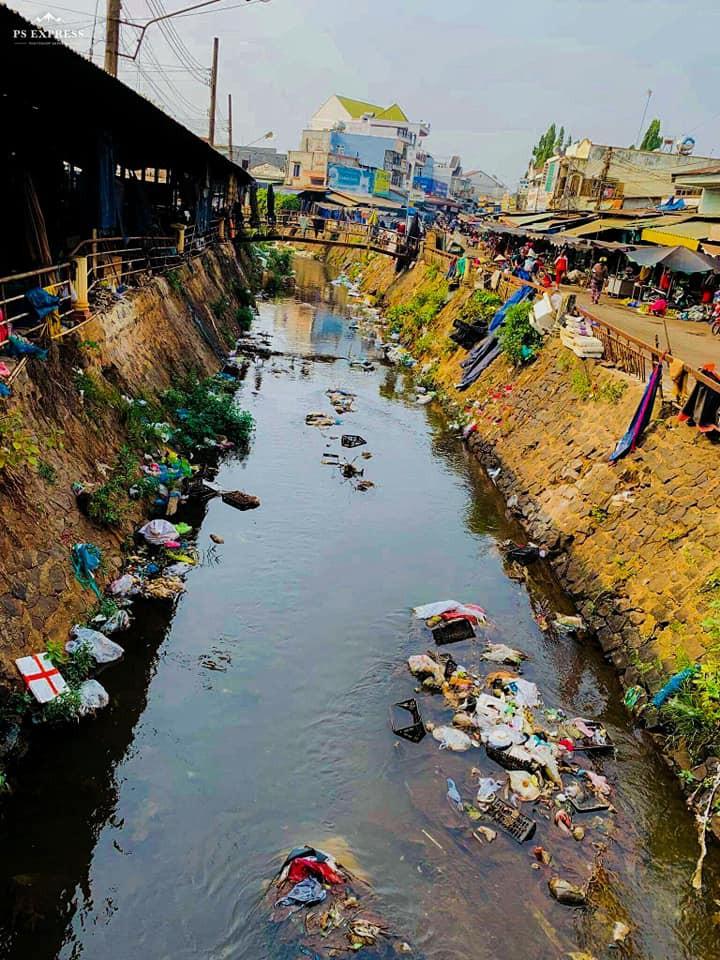 Dễ thương làm sao hình ảnh người lớn, trẻ nhỏ cũng xắn tay với Thử thách dọn rác: Dòng kênh đen dài 2km hồi sinh sau 1 tuần lễ - Ảnh 4.
