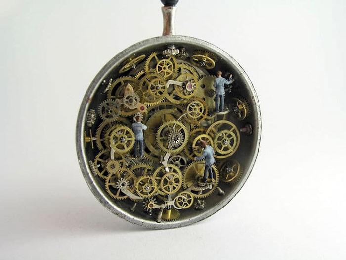 Nghệ sĩ này đem cả thế giới tí hon vào những chiếc đồng hồ cũ hỏng, kết quả ngoài cả sức tưởng tượng! - Ảnh 5.