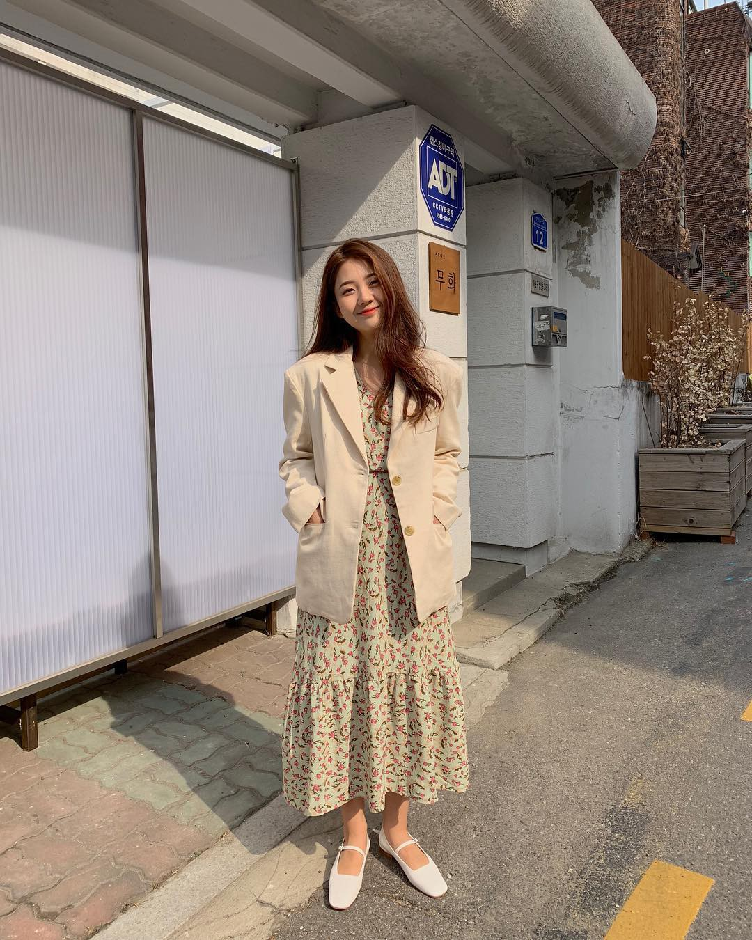 Loạt công thức mix đồ hot hit nhất của mùa xuân mà bạn cần biết nằm cả ở street style của giới trẻ Hàn tuần qua - Ảnh 4.