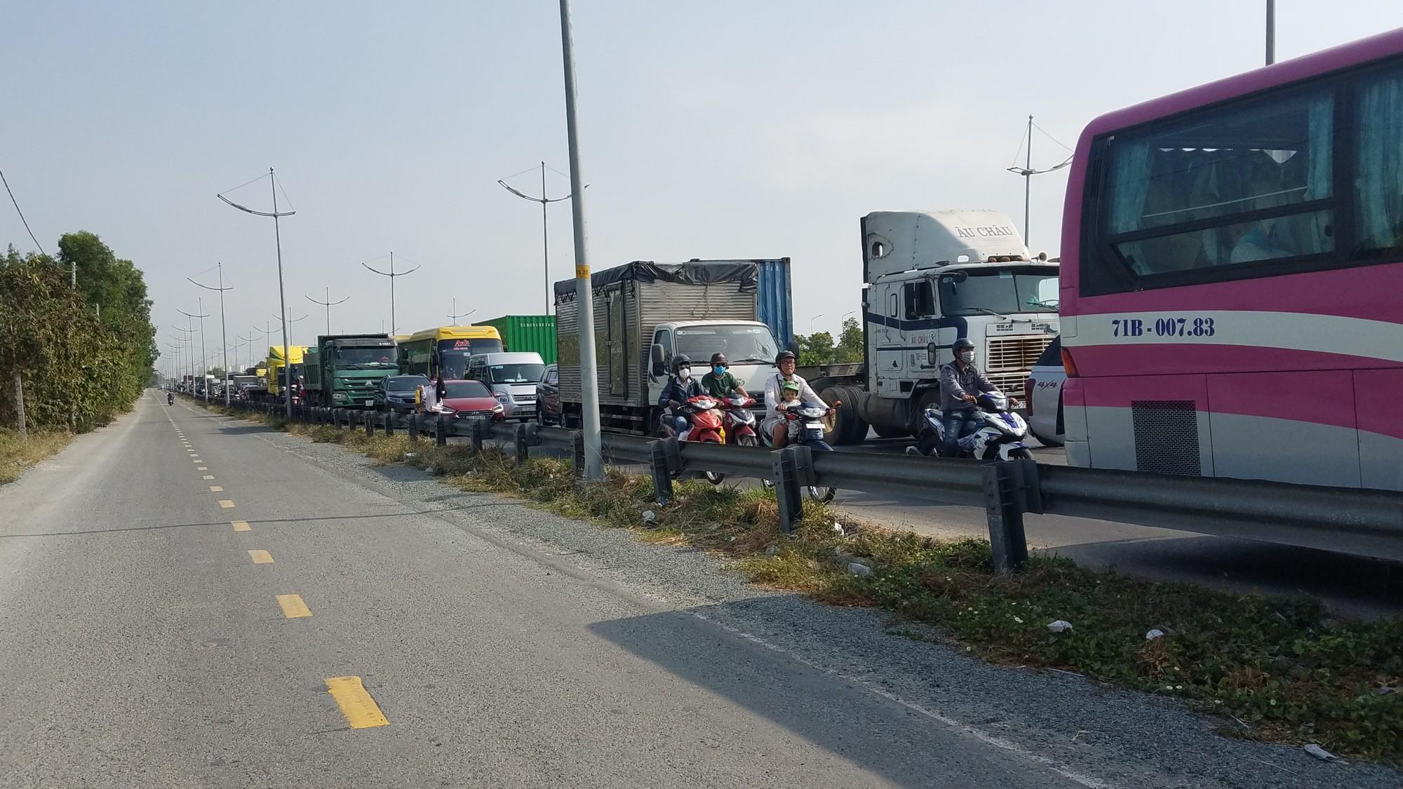 Xe khách tông đuôi xe container, tài xế cùng nhiều nhành khách nhập viện cấp cứu ở Sài Gòn  - Ảnh 2.