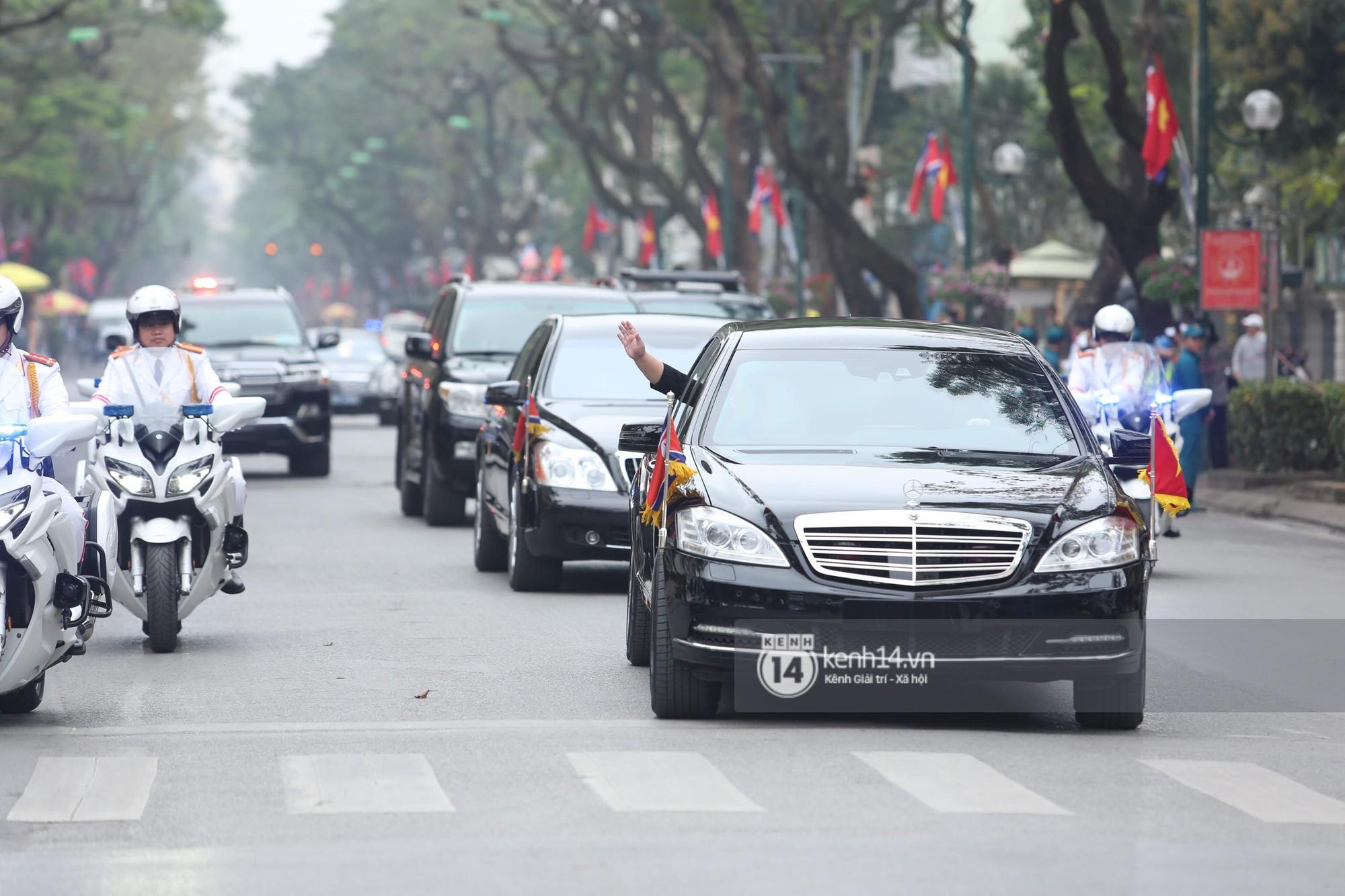 Chủ tịch Kim Jong-un vẫy tay chào người dân, đang trên đường viếng đài liệt sĩ và lăng Chủ tịch Hồ Chí Minh - Ảnh 2.