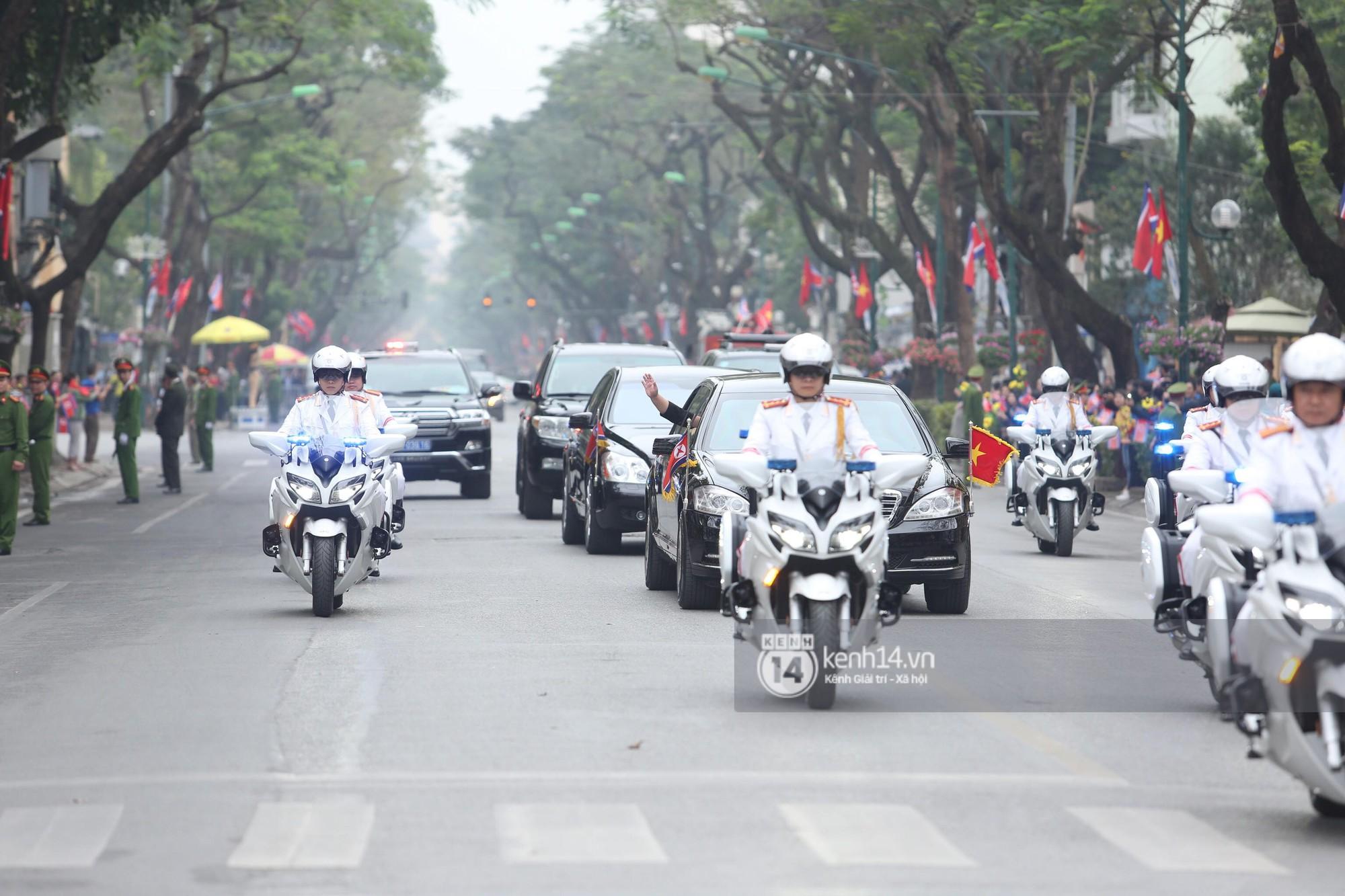 Chủ tịch Kim Jong-un vẫy tay chào người dân, đang trên đường viếng đài liệt sĩ và lăng Chủ tịch Hồ Chí Minh - Ảnh 3.