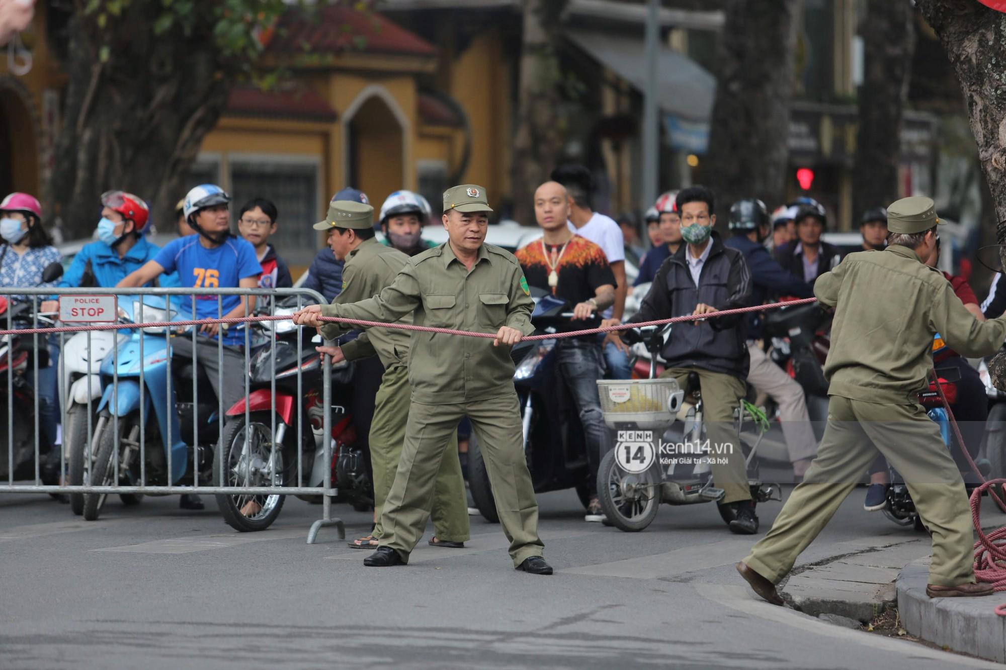 Chủ tịch Kim Jong-un vẫy tay chào người dân, đang trên đường viếng đài liệt sĩ và lăng Chủ tịch Hồ Chí Minh - Ảnh 6.