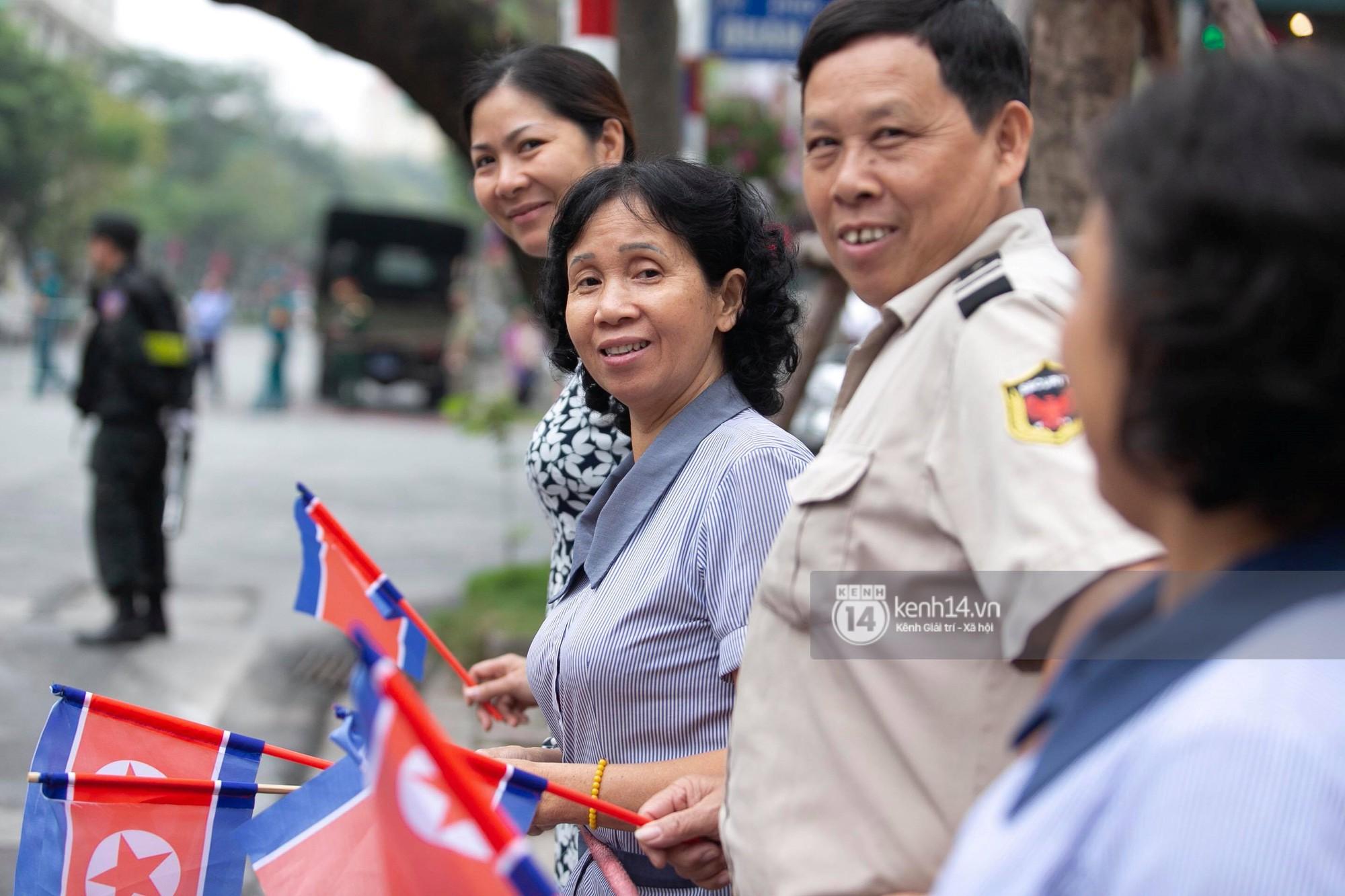 Chủ tịch Kim Jong-un vẫy tay chào người dân, đang trên đường viếng đài liệt sĩ và lăng Chủ tịch Hồ Chí Minh - Ảnh 11.
