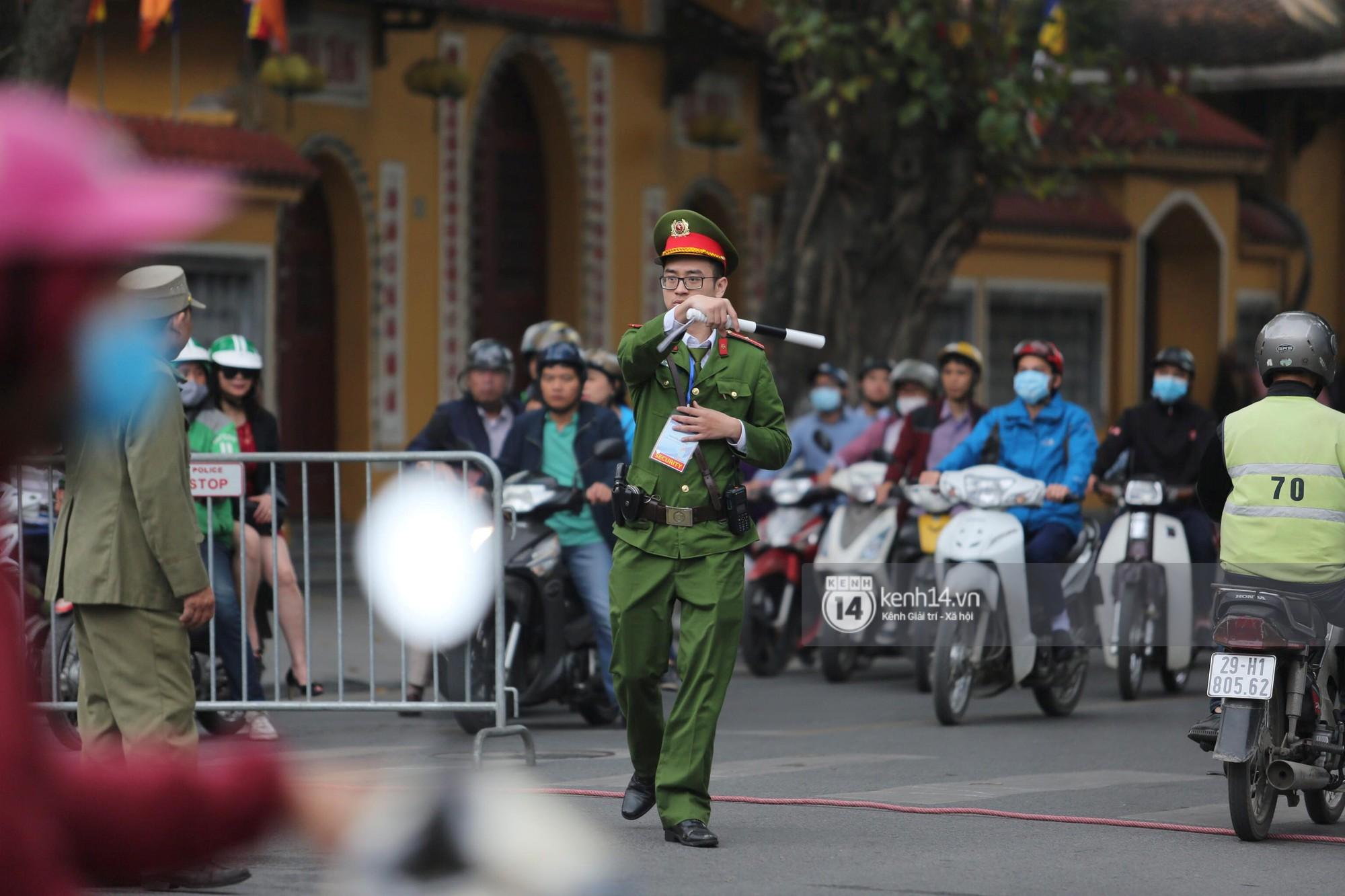 Chủ tịch Kim Jong-un vẫy tay chào người dân, đang trên đường viếng đài liệt sĩ và lăng Chủ tịch Hồ Chí Minh - Ảnh 7.
