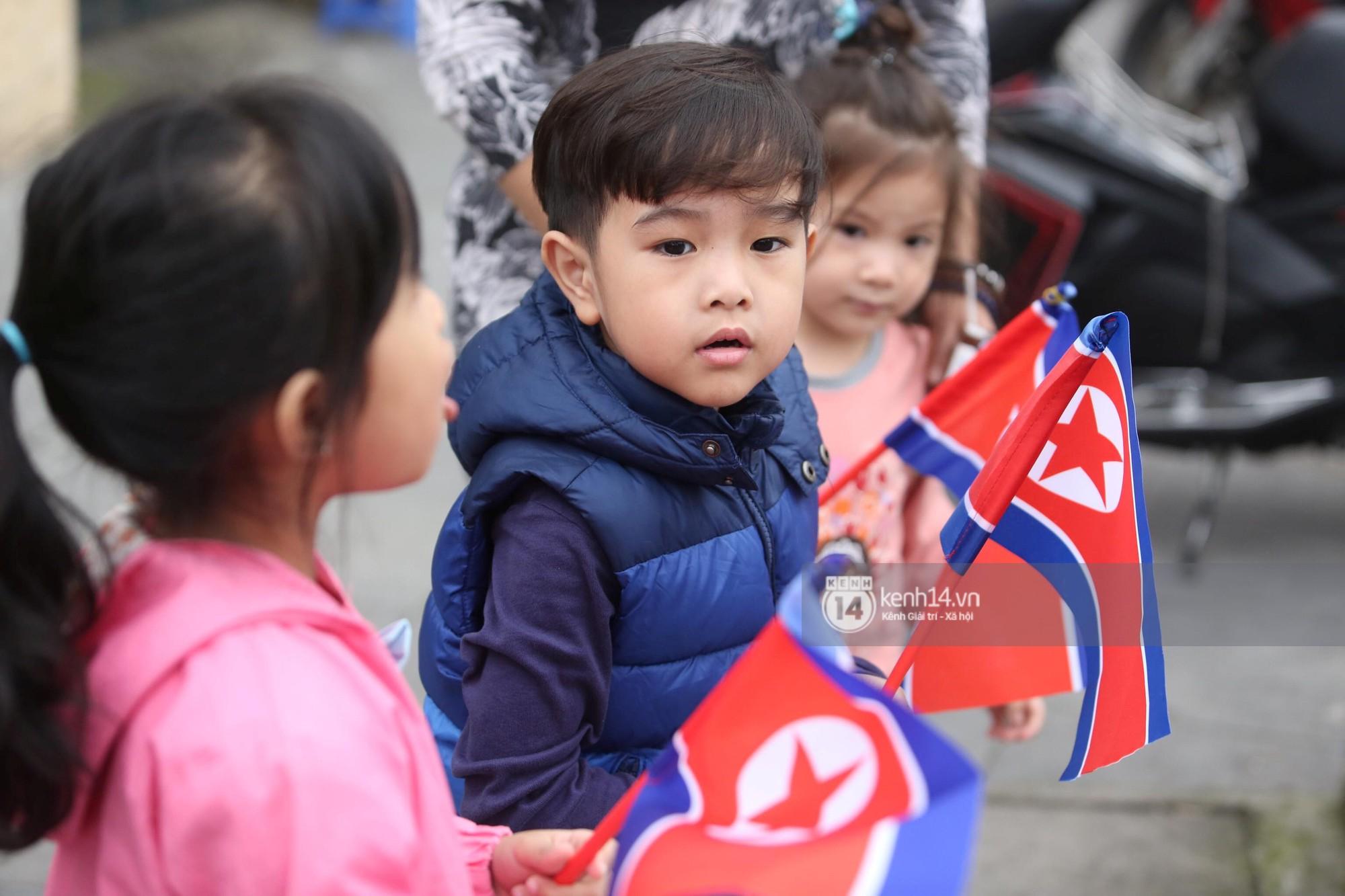 Chủ tịch Kim Jong-un vẫy tay chào người dân, đang trên đường viếng đài liệt sĩ và lăng Chủ tịch Hồ Chí Minh - Ảnh 10.