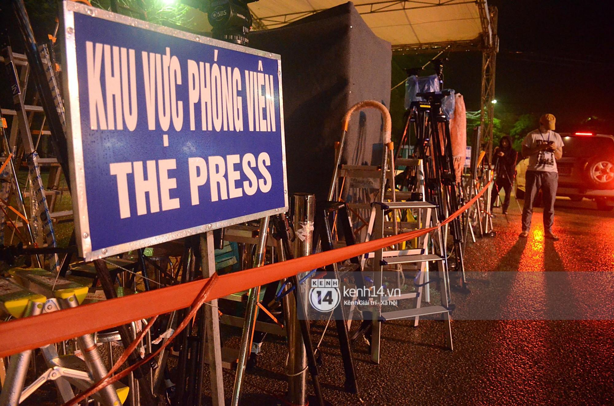 Phóng viên đội mưa, lấy khoá số khoá thang khung chiếm chỗ trước ga Đồng Đăng chờ ghi hình thời điểm Chủ tịch Kim Jong-un về nước - Ảnh 5.