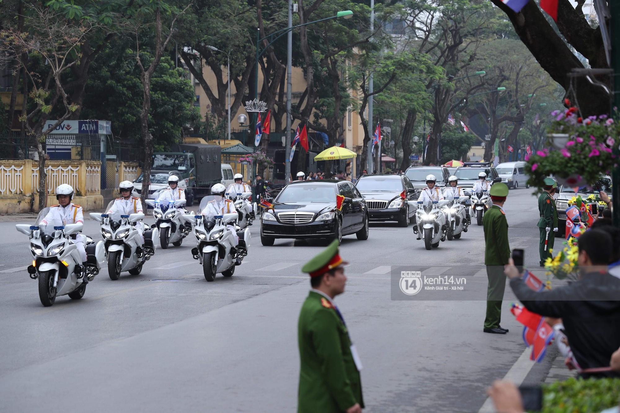 Chủ tịch Kim Jong-un vẫy tay chào người dân, đang trên đường viếng đài liệt sĩ và lăng Chủ tịch Hồ Chí Minh - Ảnh 1.
