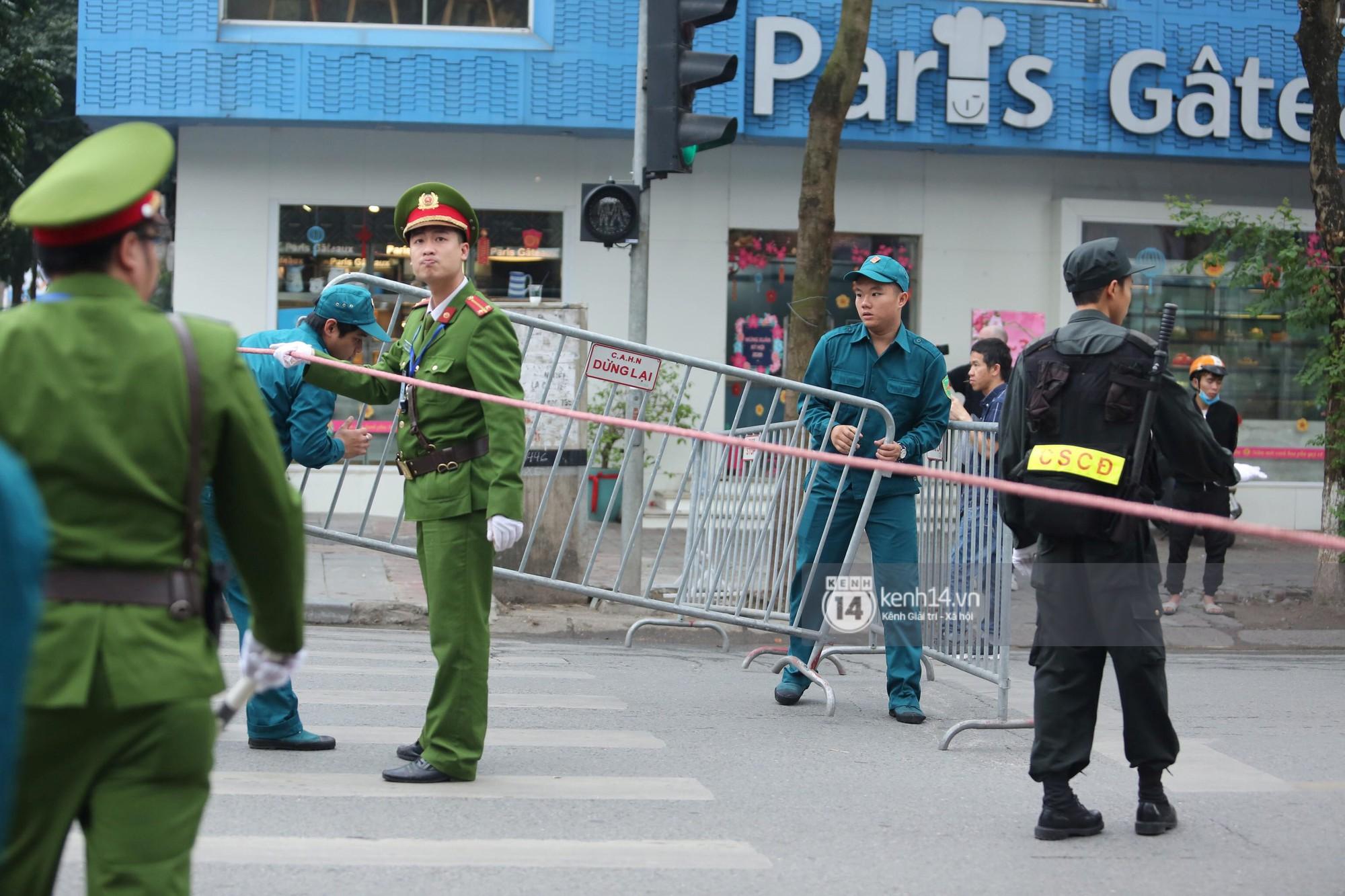 Chủ tịch Kim Jong-un vẫy tay chào người dân, đang trên đường viếng đài liệt sĩ và lăng Chủ tịch Hồ Chí Minh - Ảnh 5.