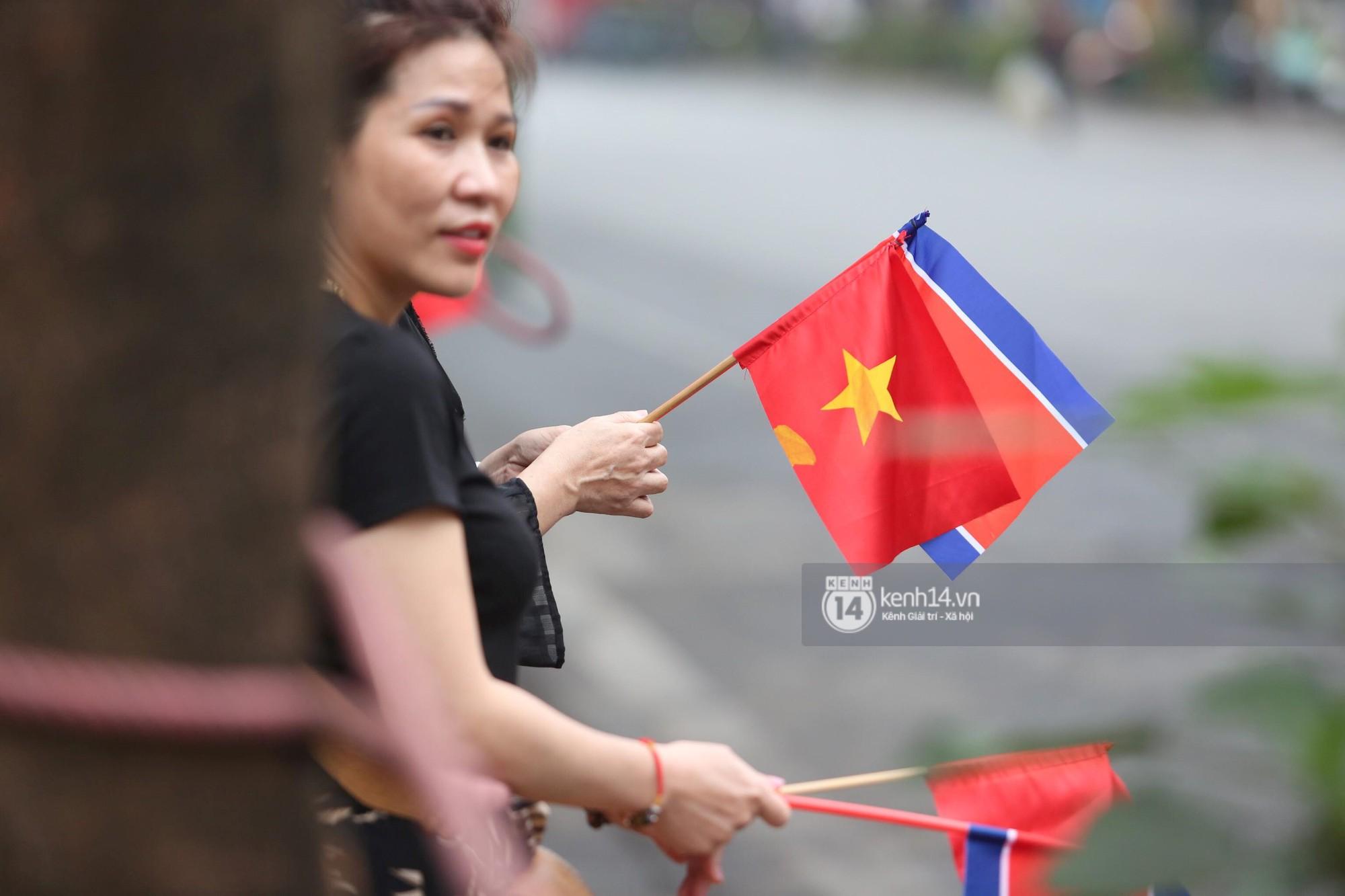 Chủ tịch Kim Jong-un vẫy tay chào người dân, đang trên đường viếng đài liệt sĩ và lăng Chủ tịch Hồ Chí Minh - Ảnh 9.