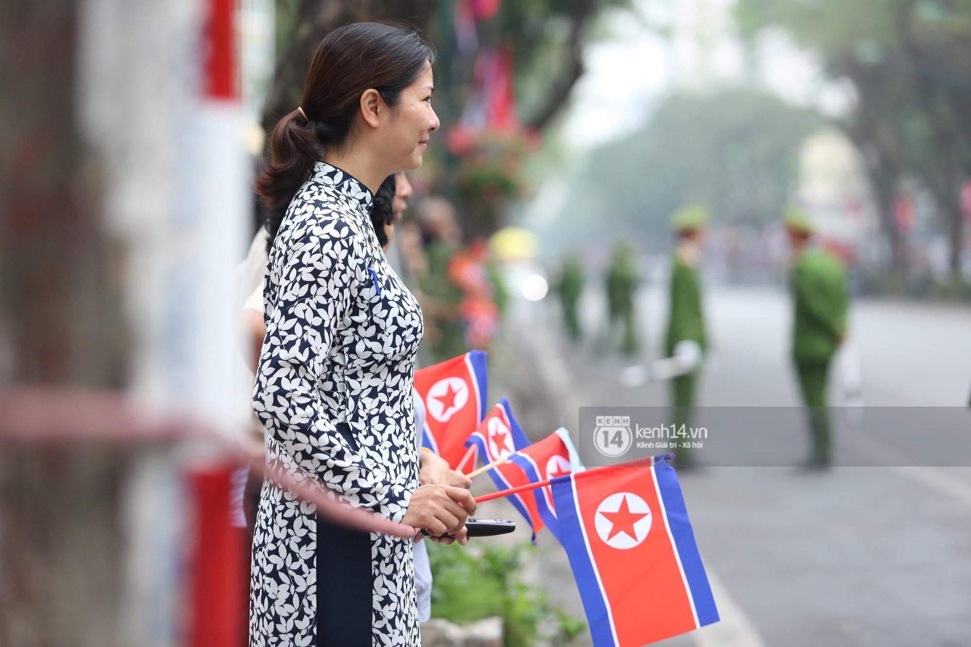 Chủ tịch Kim Jong-un vẫy tay chào người dân, đang trên đường viếng đài liệt sĩ và lăng Chủ tịch Hồ Chí Minh - Ảnh 8.