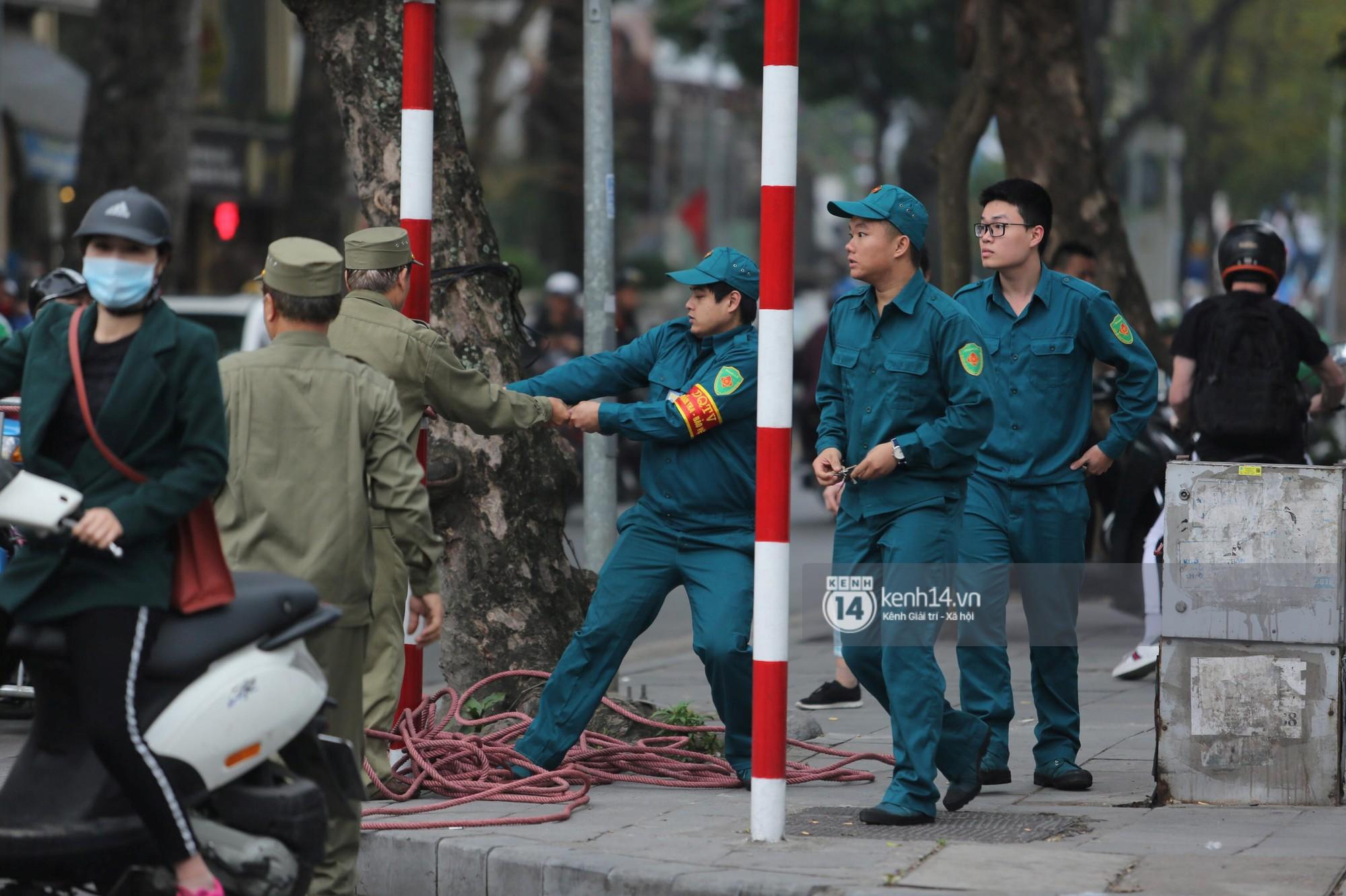 Chủ tịch Kim Jong-un vẫy tay chào người dân, đang trên đường viếng đài liệt sĩ và lăng Chủ tịch Hồ Chí Minh - Ảnh 4.