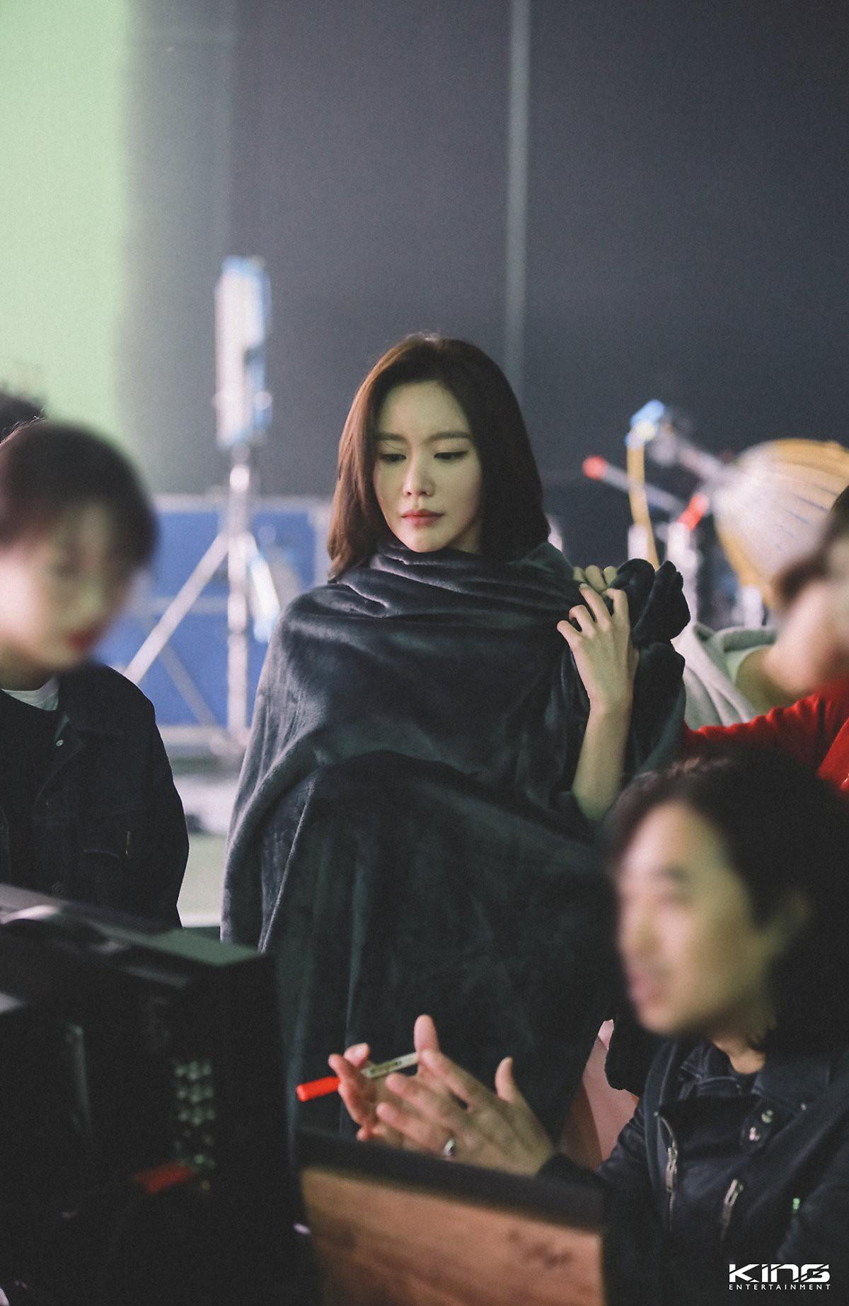 Chùm ảnh hậu trường gây sốt của mỹ nhân Sắc đẹp ngàn cân: U40 vẫn trẻ đẹp khó tin, chẳng thua gì Park Min Young - Ảnh 11.