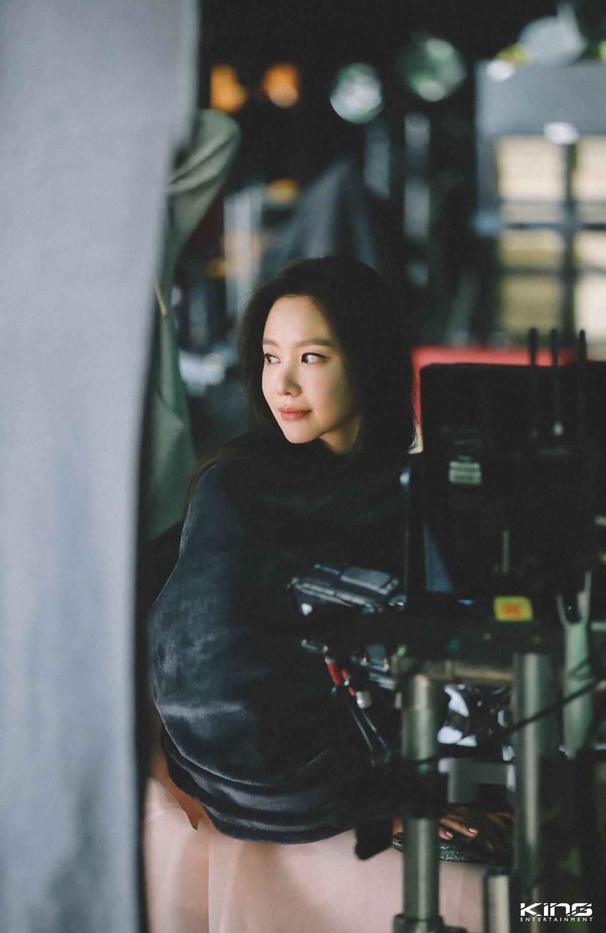 Chùm ảnh hậu trường gây sốt của mỹ nhân Sắc đẹp ngàn cân: U40 vẫn trẻ đẹp khó tin, chẳng thua gì Park Min Young - Ảnh 12.