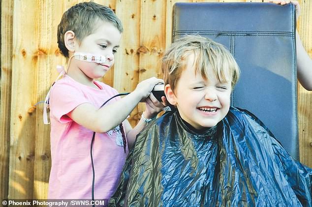 Cậu bé 6 tuổi dũng cảm cạo đầu để quyên tiền cho bạn thân chữa bệnh ung thư - Ảnh 4.