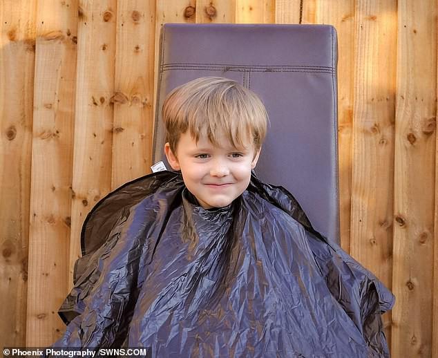 Cậu bé 6 tuổi dũng cảm cạo đầu để quyên tiền cho bạn thân chữa bệnh ung thư - Ảnh 3.