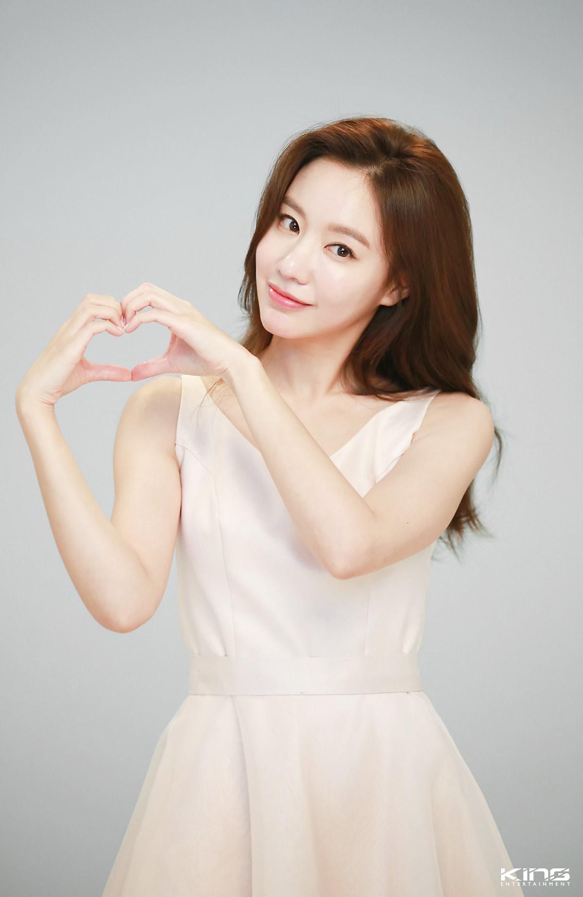 Chùm ảnh hậu trường gây sốt của mỹ nhân Sắc đẹp ngàn cân: U40 vẫn trẻ đẹp khó tin, chẳng thua gì Park Min Young - Ảnh 4.