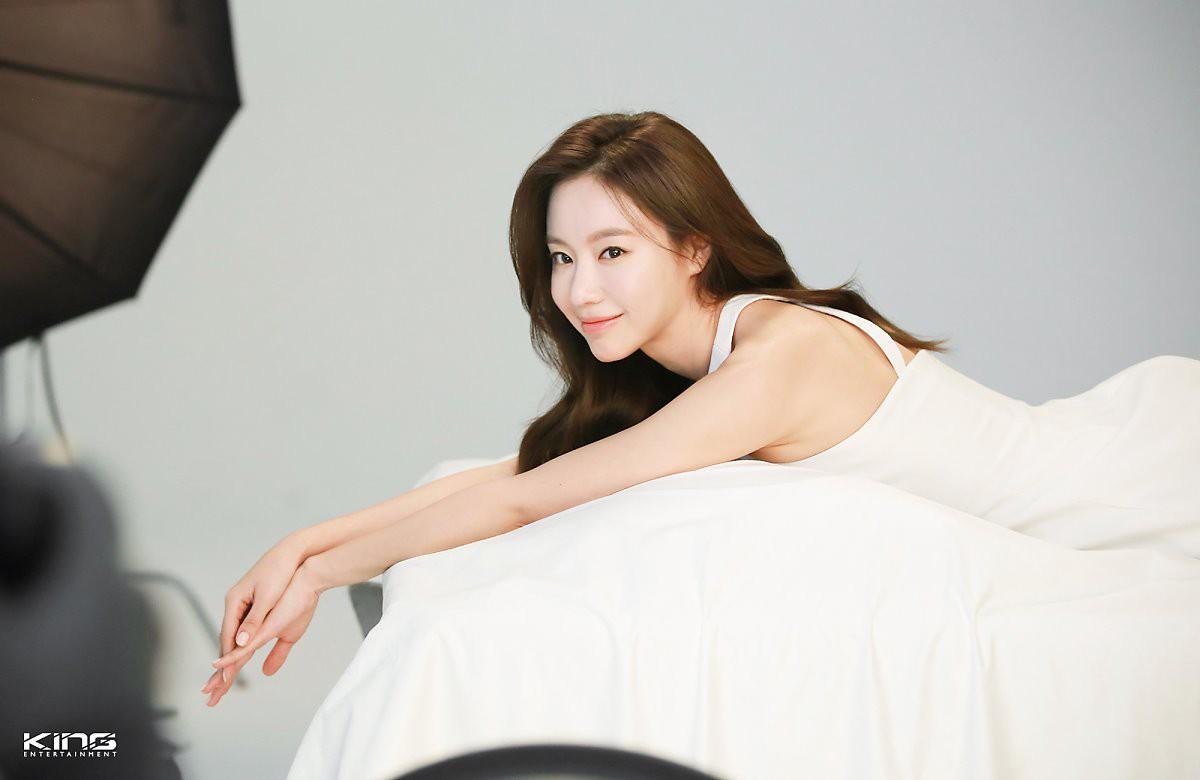 Chùm ảnh hậu trường gây sốt của mỹ nhân Sắc đẹp ngàn cân: U40 vẫn trẻ đẹp khó tin, chẳng thua gì Park Min Young - Ảnh 6.