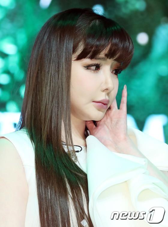 Park Bom gây thất vọng khi hát chán, diễn đơ: Tiếc cho màu giọng đẹp như mơ của Kpop năm nào - Ảnh 2.