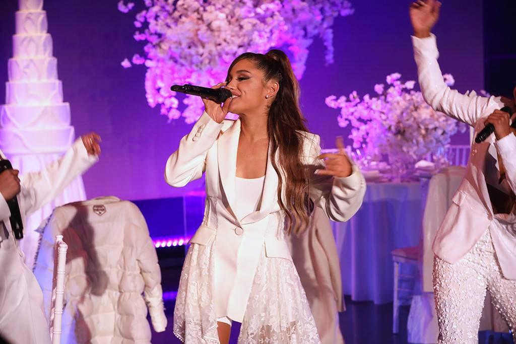 """Diễn mà quên cầm mic, fan trêu Ariana Grande: """"Nhớ mang đầy đủ dụng cụ khi hành nghề chị ơi"""" - Ảnh 5."""