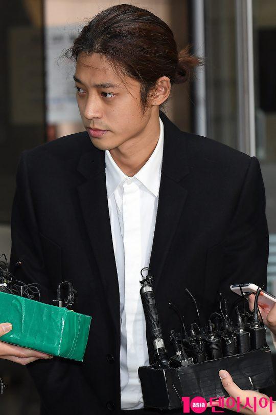 Jung Joon Young trình diện thẩm vấn trước khi bị bắt: Bật khóc nhận tội nhưng lại là cảnh cầm giấy xin lỗi quen thuộc - Ảnh 12.