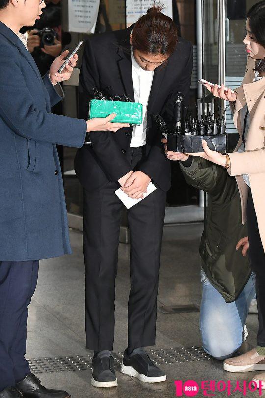 Jung Joon Young trình diện thẩm vấn trước khi bị bắt: Bật khóc nhận tội nhưng lại là cảnh cầm giấy xin lỗi quen thuộc - Ảnh 7.