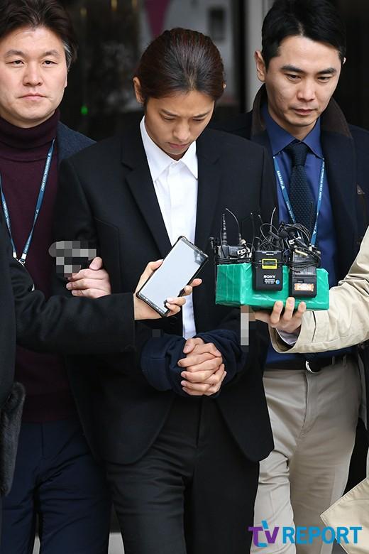 NÓNG: Công bố hình ảnh Jung Joon Young bị trói chặt 2 bên, còng tay giải đến trại giam để chờ lệnh bắt - Ảnh 5.