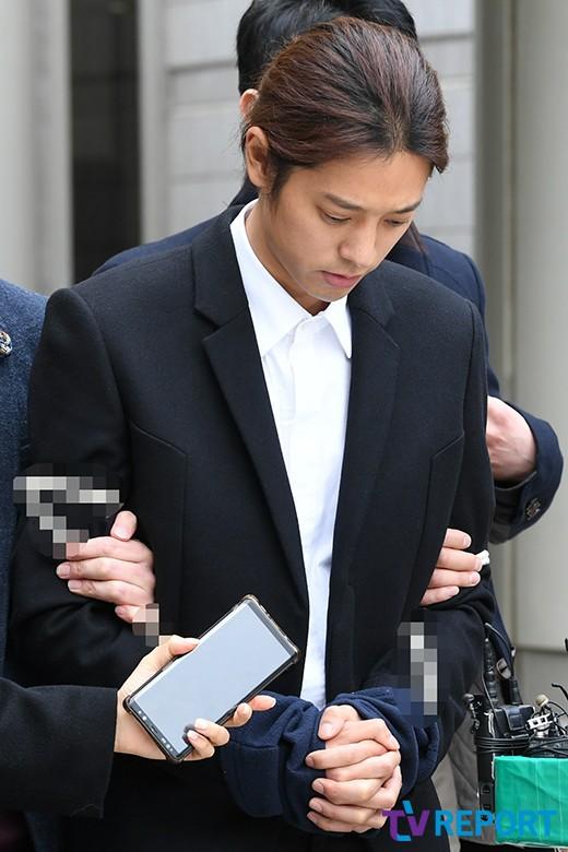 NÓNG: Công bố hình ảnh Jung Joon Young bị trói chặt 2 bên, còng tay giải đến trại giam để chờ lệnh bắt - Ảnh 7.