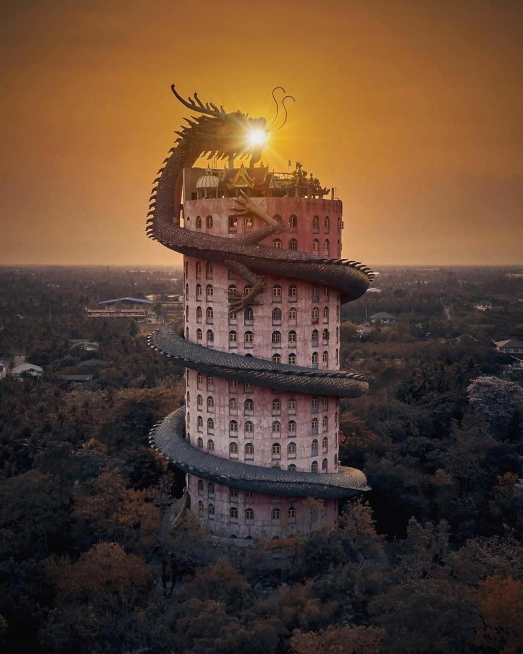 Thoạt nhìn cứ tưởng bối cảnh phim Hollywood nhưng hoá ra ngôi chùa này ở Thái lại hoàn toàn có thật! - Ảnh 1.