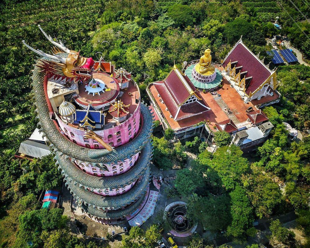 Thoạt nhìn cứ tưởng bối cảnh phim Hollywood nhưng hoá ra ngôi chùa này ở Thái lại hoàn toàn có thật! - Ảnh 2.