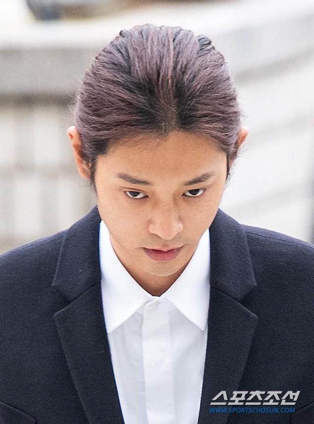 Jung Joon Young trình diện thẩm vấn trước khi bị bắt: Bật khóc nhận tội nhưng lại là cảnh cầm giấy xin lỗi quen thuộc - Ảnh 10.