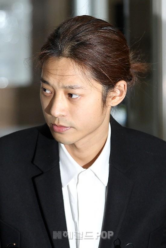 Jung Joon Young trình diện thẩm vấn trước khi bị bắt: Bật khóc nhận tội nhưng lại là cảnh cầm giấy xin lỗi quen thuộc - Ảnh 9.