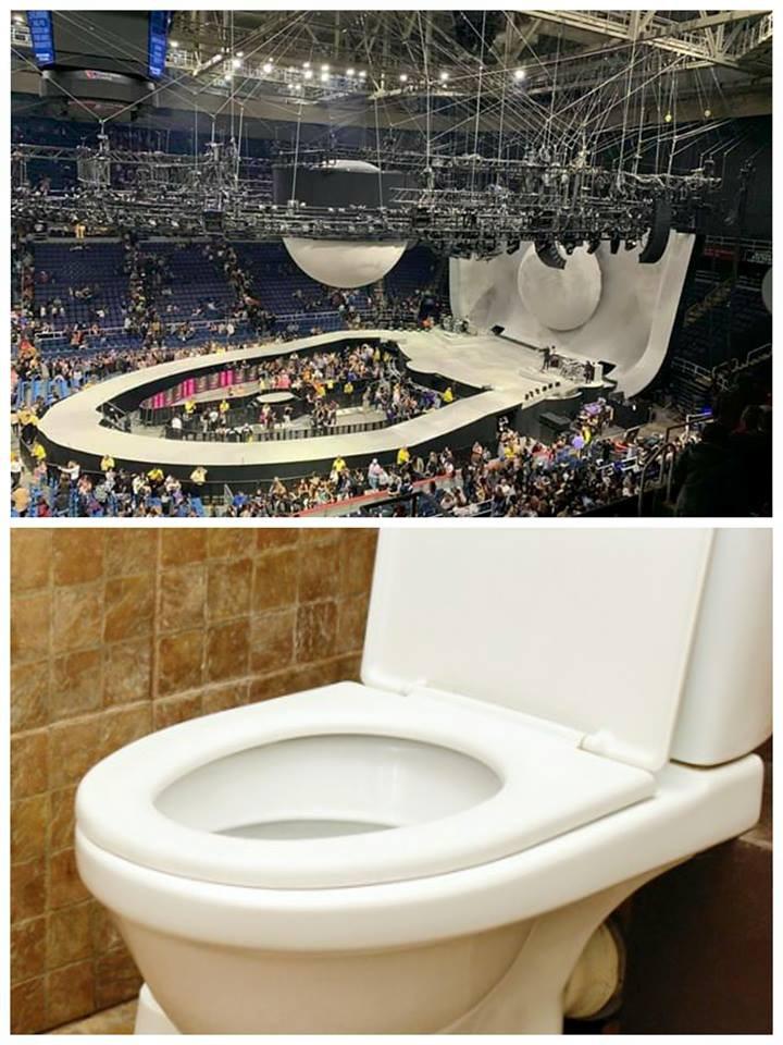 Sân khấu Sweetener Tour của Ariana Grande bất ngờ bị so sánh giống... nhà vệ sinh - Ảnh 1.
