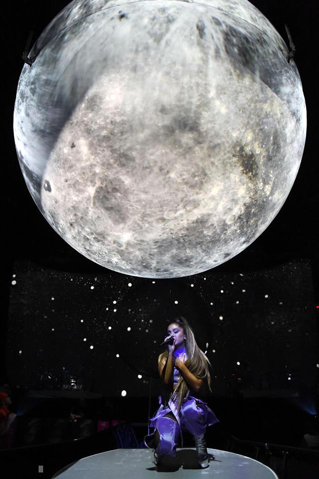 Sân khấu Sweetener Tour của Ariana Grande bất ngờ bị so sánh giống... nhà vệ sinh - Ảnh 3.