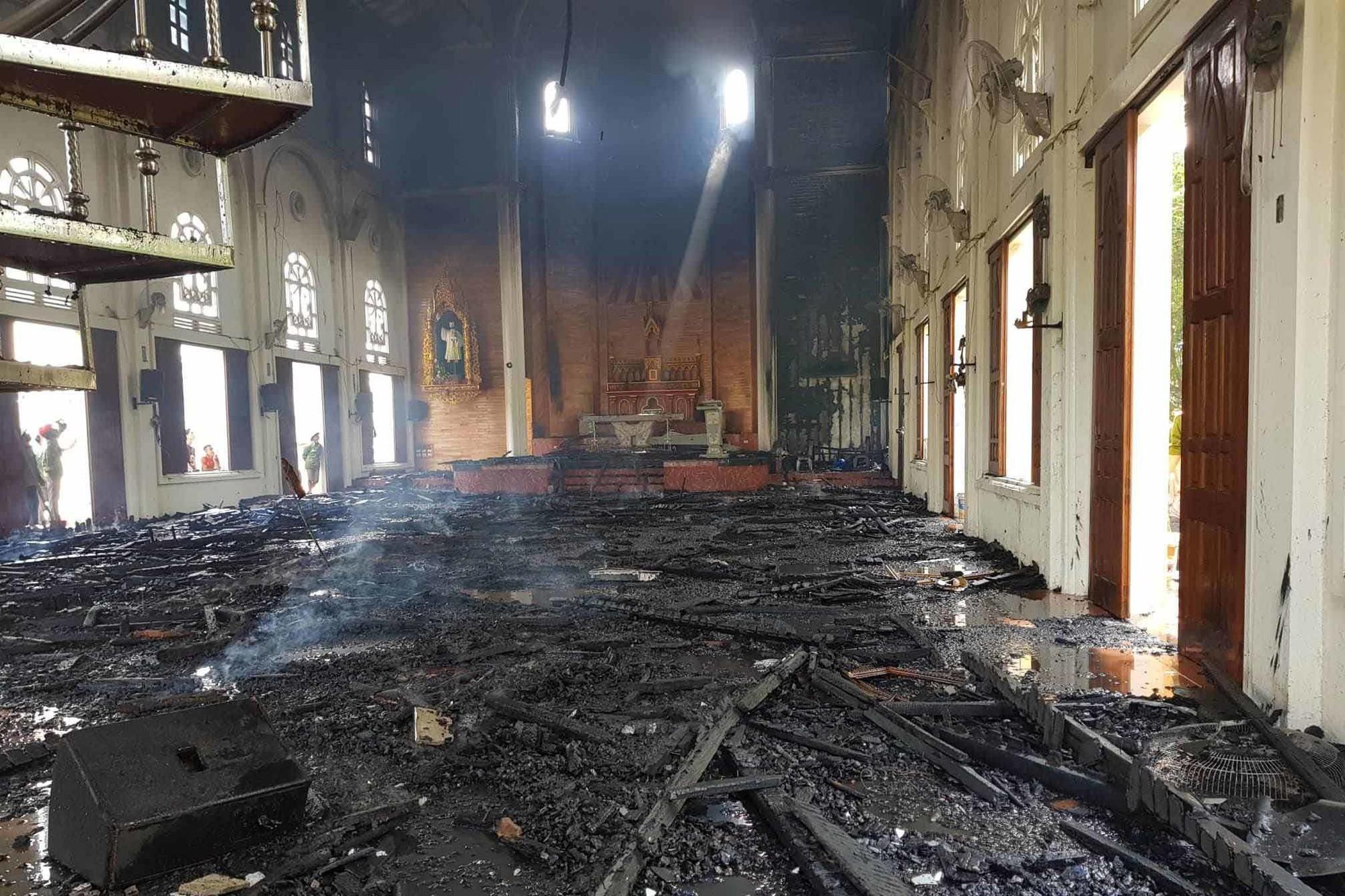 Cháy nhà thờ Hà Tĩnh, nhiều tài sản bên trong bị thiêu rụi - Ảnh 1.