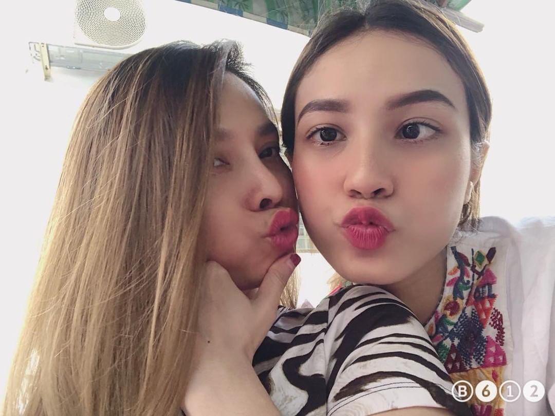 Selfie cùng con gái 19 tuổi, mẹ trẻ U40 tung hoả mù vì nhan sắc hack tuổi đỉnh cao - Ảnh 4.