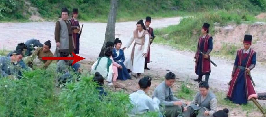 Sạn ngớ ngẩn ở Độc Cô Hoàng Hậu: Trần Hiểu mặc quần thể dục, Trần Kiều Ân mang dép xỏ ngón - Ảnh 7.