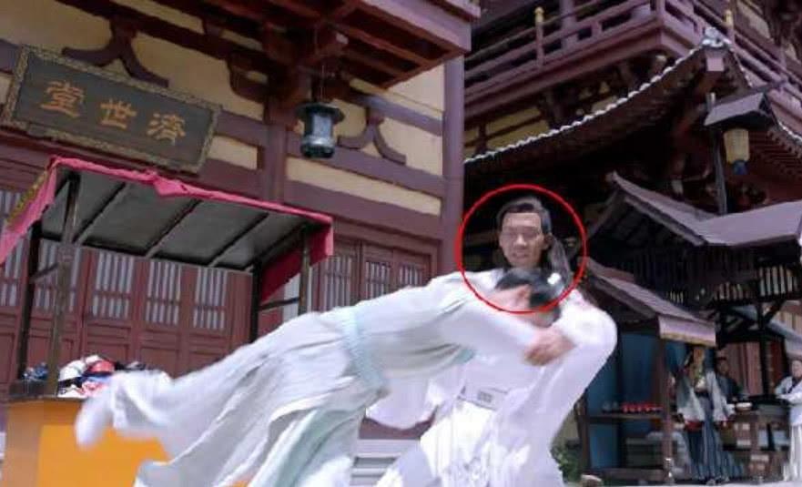 Sạn ngớ ngẩn ở Độc Cô Hoàng Hậu: Trần Hiểu mặc quần thể dục, Trần Kiều Ân mang dép xỏ ngón - Ảnh 3.