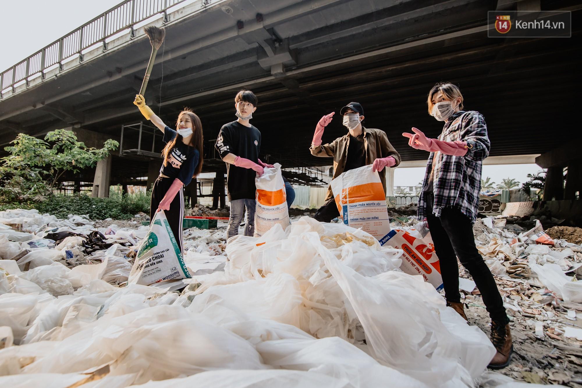"""Hoa hậu Phương Khánh, Han Sara và nhóm Uni5 nhiệt tình thực hiện """"Thử thách dọn rác"""", làm sạch rác dưới chân cầu Sài Gòn - Ảnh 1."""