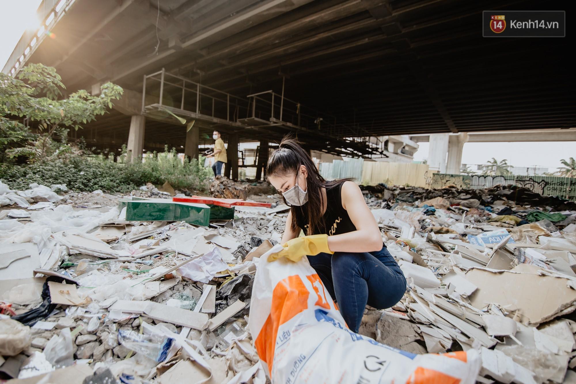"""Hoa hậu Phương Khánh, Han Sara và nhóm Uni5 nhiệt tình thực hiện """"Thử thách dọn rác"""", làm sạch rác dưới chân cầu Sài Gòn - Ảnh 2."""