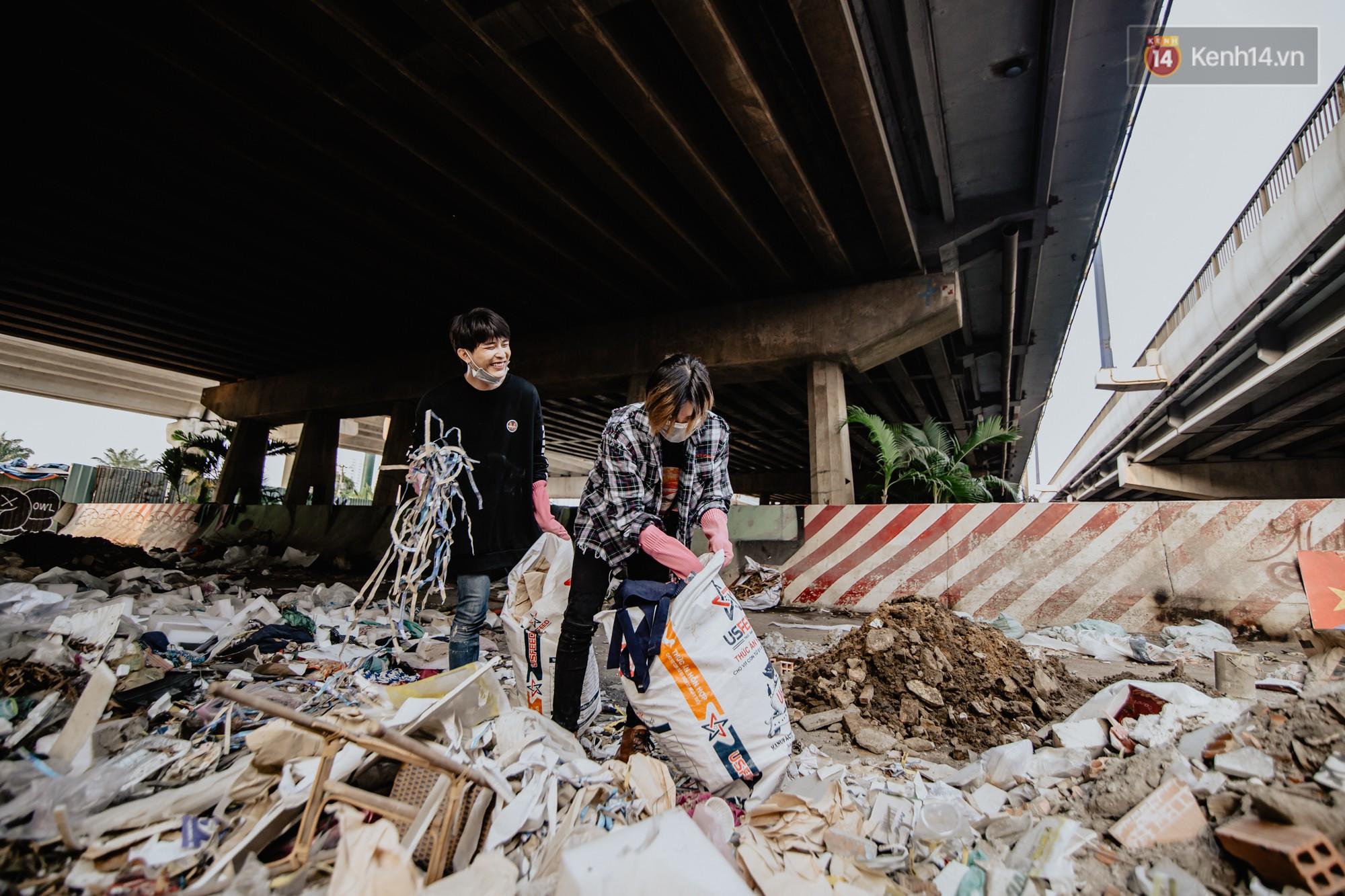 """Hoa hậu Phương Khánh, Han Sara và nhóm Uni5 nhiệt tình thực hiện """"Thử thách dọn rác"""", làm sạch rác dưới chân cầu Sài Gòn - Ảnh 5."""