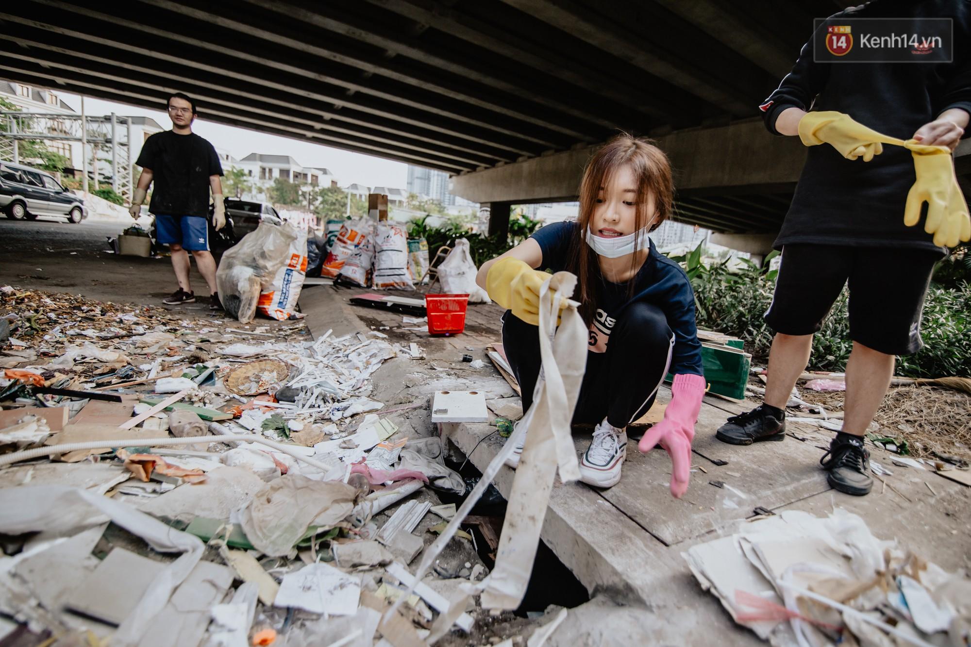 """Hoa hậu Phương Khánh, Han Sara và nhóm Uni5 nhiệt tình thực hiện """"Thử thách dọn rác"""", làm sạch rác dưới chân cầu Sài Gòn - Ảnh 6."""