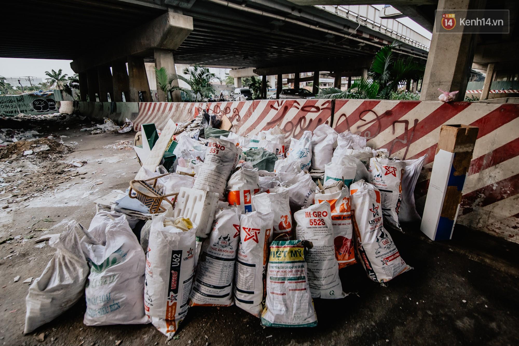 """Hoa hậu Phương Khánh, Han Sara và nhóm Uni5 nhiệt tình thực hiện """"Thử thách dọn rác"""", làm sạch rác dưới chân cầu Sài Gòn - Ảnh 9."""
