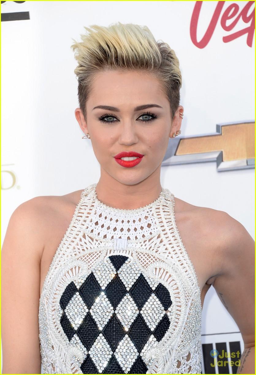 Không còn là Hannah hay cô ca sĩ nổi loạn, Miley Cyrus cuối cùng đã đạt đến thời kỳ đỉnh cao nhan sắc hậu kết hôn - Ảnh 8.