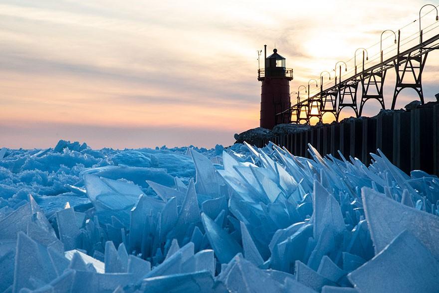 Băng ở hồ Mỹ vỡ thành hàng triệu mảnh, dân mạng băn khoăn: Frozen đời thực hay gì? - Ảnh 1.