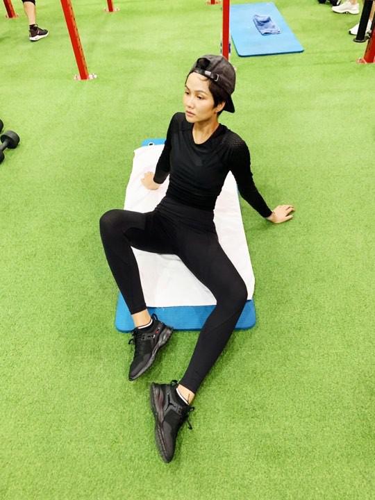 Không còn nóng bỏng như thời Miss Universe, HHen Niê lộ thân hình gầy trơ xương, tiều tụy đáng báo động - Ảnh 1.